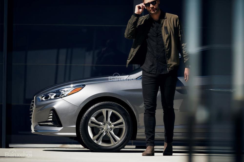 Đánh giá xe Hyundai Sonata 2018: Mâm hợp kim 5 chấu kép.