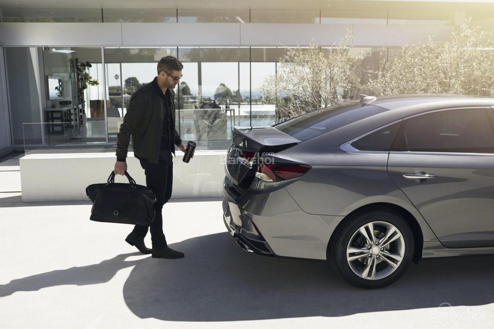 Đánh giá xe Hyundai Sonata 2018: Khoang hành lý cao hơn mức trung bình của phân khúc.