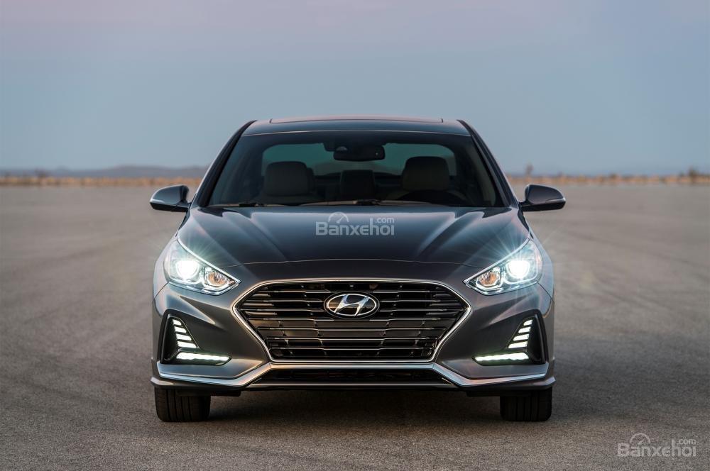 Đánh giá xe Hyundai Sonata 2018: Đầu xe có thiết kế khá đẹp.