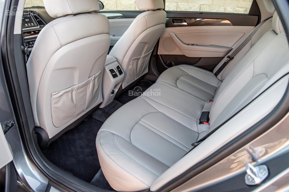 Đánh giá xe Hyundai Sonata 2018: Hàng ghế sau của xe.