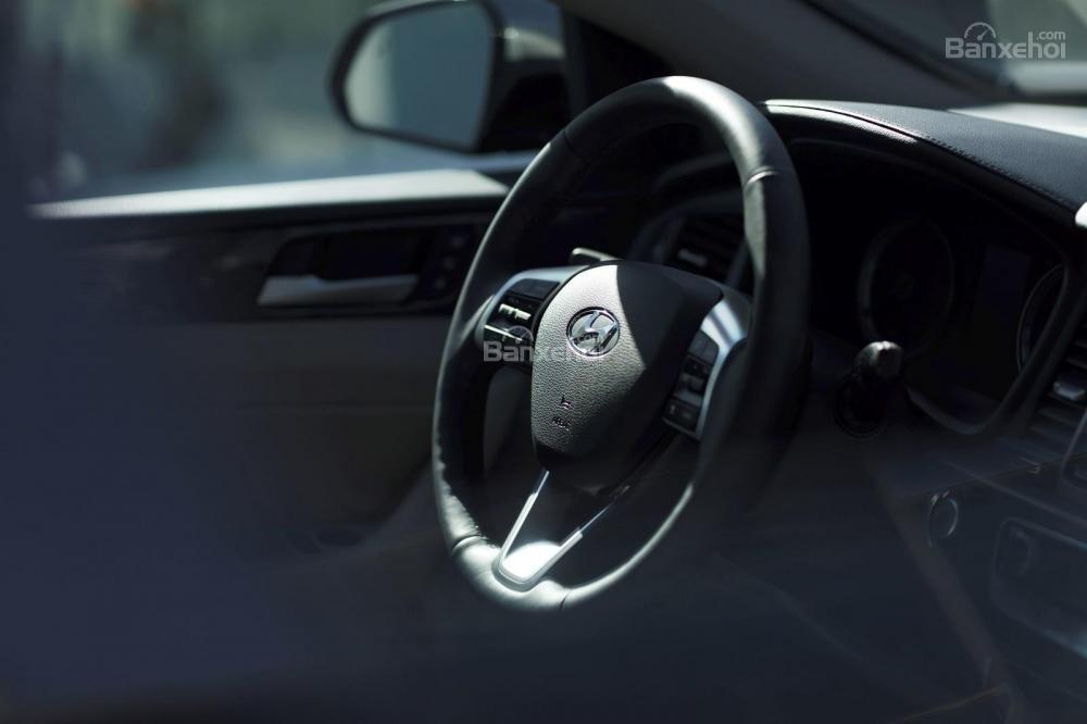 Đánh giá xe Hyundai Sonata 2018: Vô lăng bọc da.
