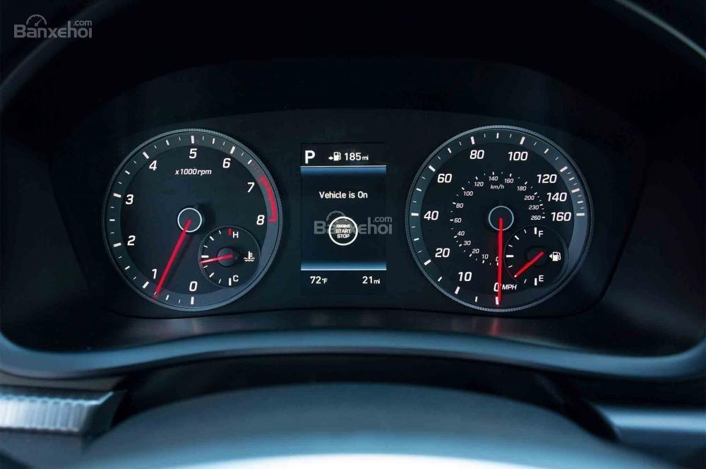 Đánh giá xe Hyundai Sonata 2018: Cụm đồng hồ sau vô lăng.