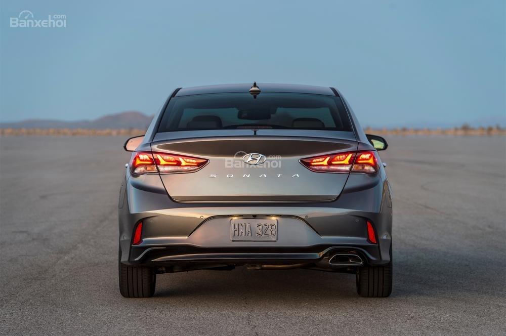 Đánh giá xe Hyundai Sonata 2018: Thiết kế đuôi xe cũng rất đẹp.