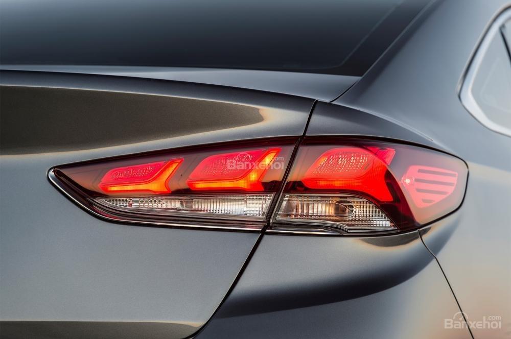 Đánh giá xe Hyundai Sonata 2018: Cụm đèn hậu tái thiết kế.
