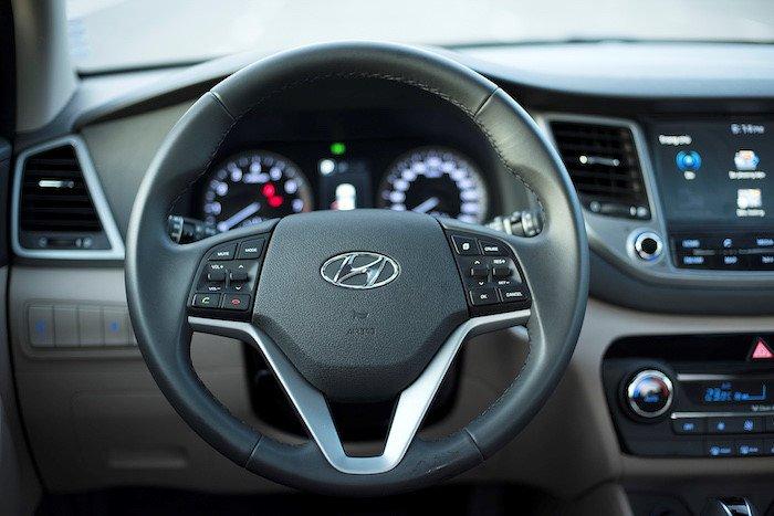 So sánh xe Hyundai Tucson CKD 2017 và Mazda CX-5 2016 về nội thất 8