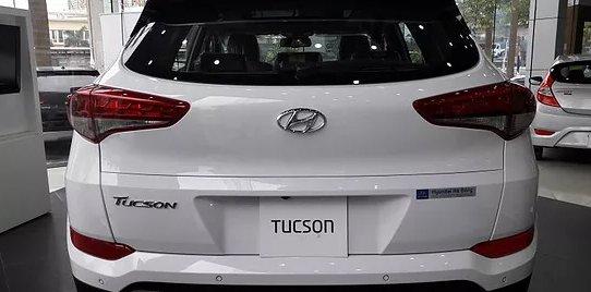So sánh xe Hyundai Tucson CKD 2017 và Mazda CX-5 2016 về đuôi xe.
