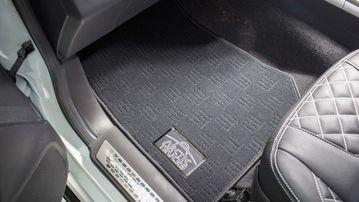 Thảm trải sàn của Isuzu D-Max 2017 off-road được thêu tinh tế.