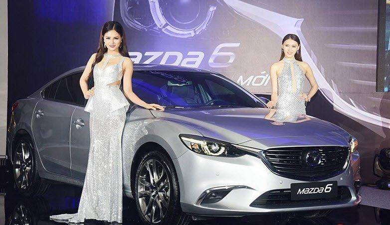 Ảnh chụp từ trước Mazda 6 màu bạc ở buổi ra mắt