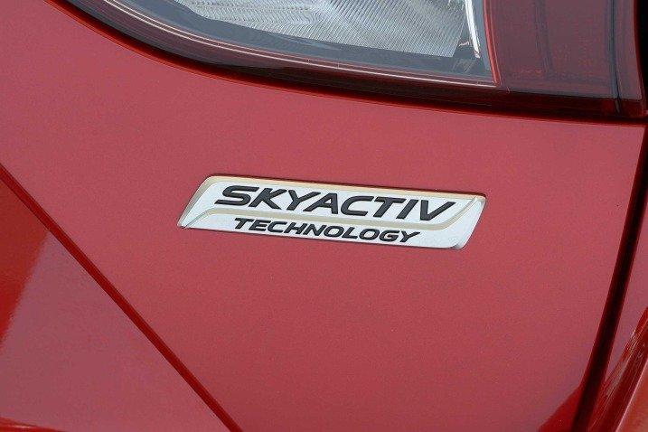 Đánh giá xe Mazda 3 2017: Logo động cơ mà xe sử dụng a10