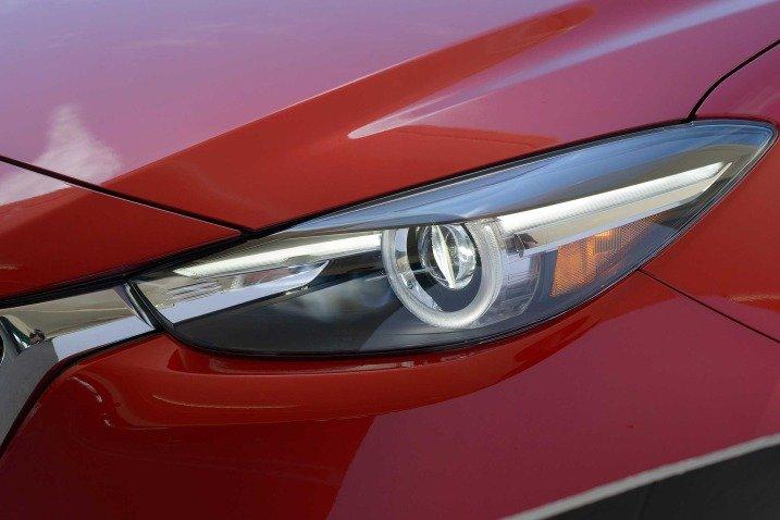 Đánh giá xe Mazda 3 2017: Đèn pha của xe dạng LED a3