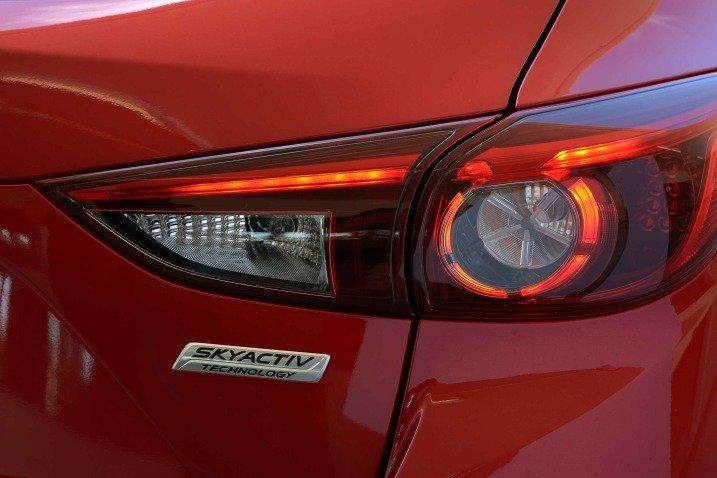 Đánh giá xe Mazda 3 2017: Đèn hậu xe thiết kế mới a9