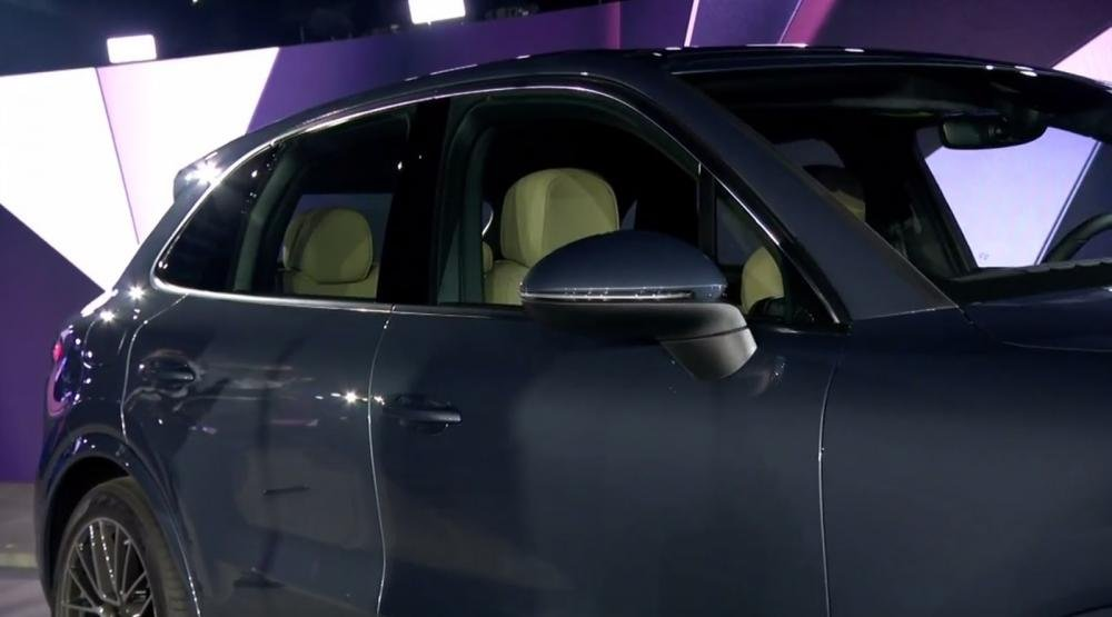 Gương chiếu hậu chỉnh điện giúp Porsche Cayenne 2018 hiện đại hơn a6