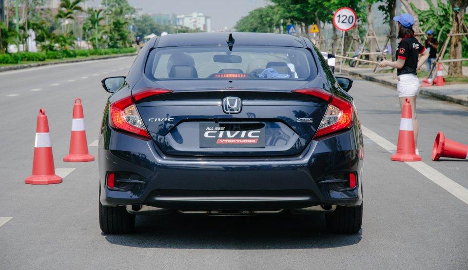 Honda Civic 2017 và Mazda 3 2017 không phân thắng bại khi so sánh đuôi xe.