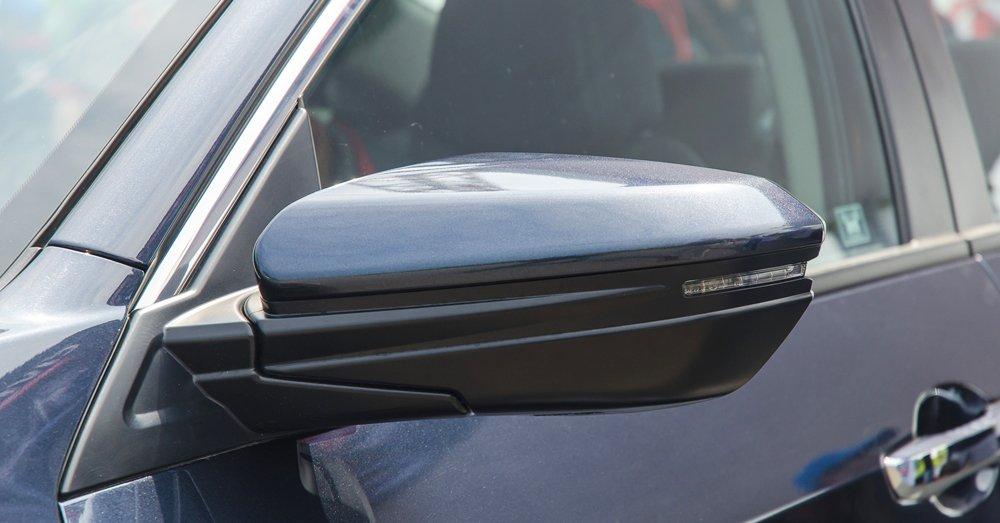 So sánh xe Honda Civic 2017 và Mazda 3 2017, cả 2 xe đều dùng gương chiếu hậu điện.
