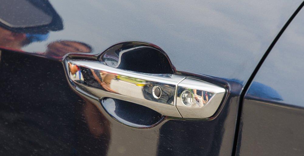 So sánh xe Honda Civic 2017 và Mazda 3 2017, Honda Civic 2017 với tay nắm cửa điện thông minh.
