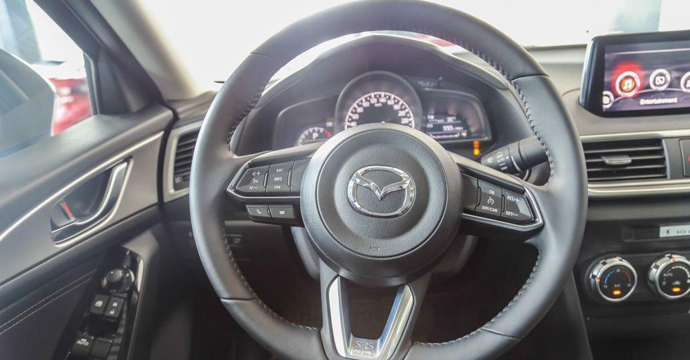 Honda Civic 2017 và Mazda 3 2017 với vô-lăng tích hợp chức năng đầy đủ.