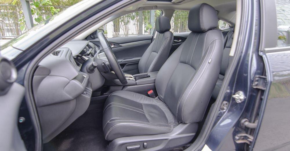 Honda Civic 2017 với ghế da trước chỉnh điện 8 hướng.