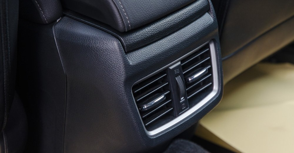 Honda Civic 2017 có hốc gió cho hàng ghế thứ 2 trong khi Mazda 3 không có.
