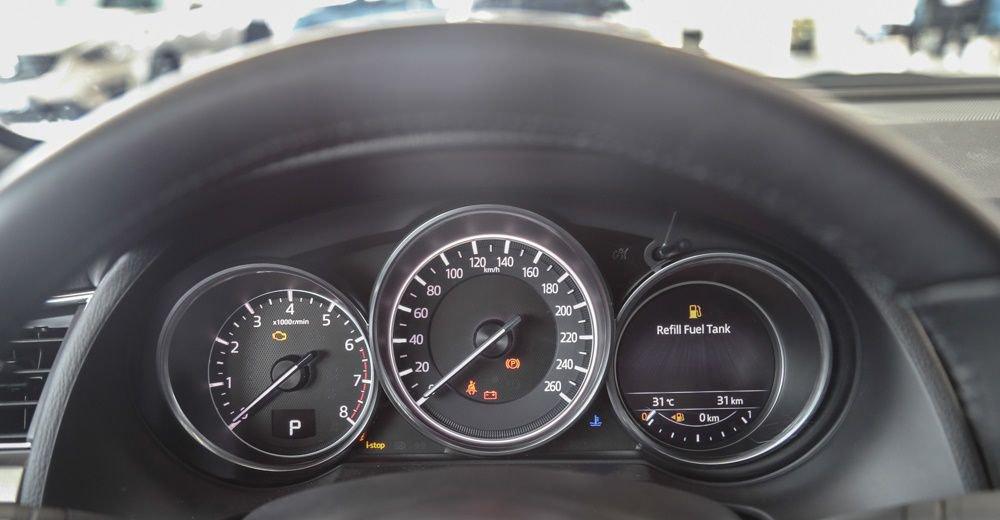 Mazda 3 2017 vẫn giữ nguyên cụm đồng hồ lái dạng truyền thống.