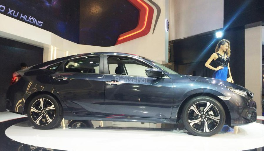 Honda Civic 2017 với thân xe thuôn dài cho gia tăng chiều dài tổng thể.