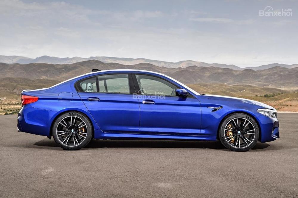 Đánh giá xe BMW M5 2018: Thân xe có các đường uốn lượng mềm mại.