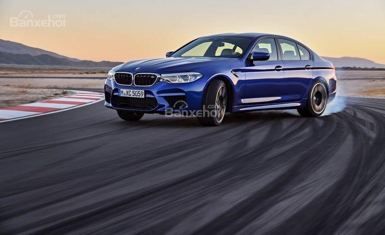 Đánh giá xe BMW M5 2018: Mức tiết kiệm nhiên liệu của xe kém hơn đối thủ.