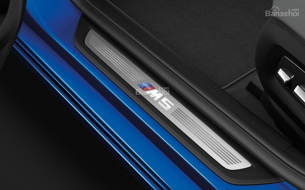 Đánh giá xe BMW M5 2018: Gờ cửa trên xe.