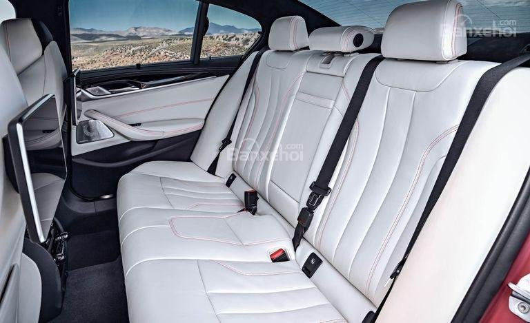 Đánh giá xe BMW M5 2018: Hàng ghế sau xe.