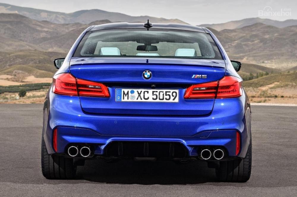 Đánh giá xe BMW M5 2018: Đuôi xe có thiết kế vuông vức.