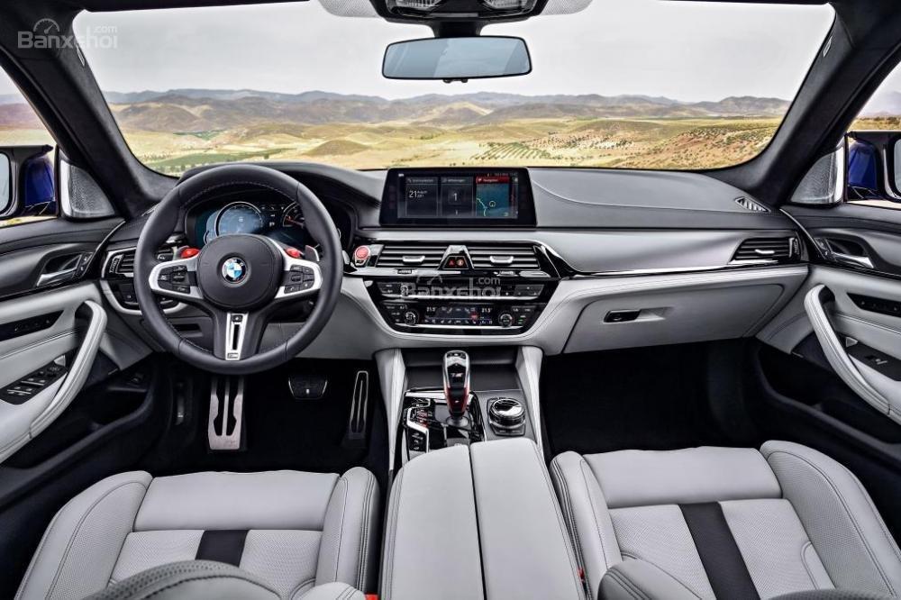 Đánh giá xe BMW M5 2018: Nội thất xe có thiết kế sang trọng.
