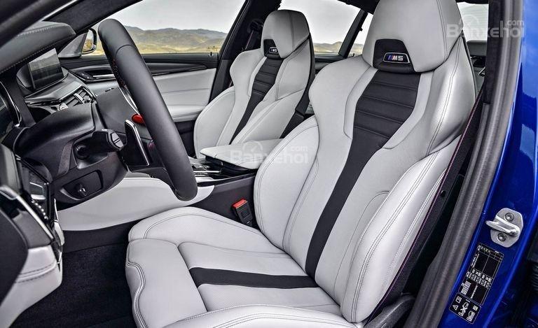 Đánh giá xe BMW M5 2018: Hàng ghế trước xe.