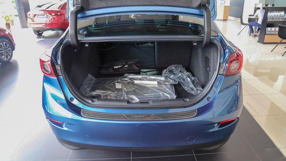 Đánh giá xe Mazda 3 2017: Khoang hành lý trên xe rộng rãi a15