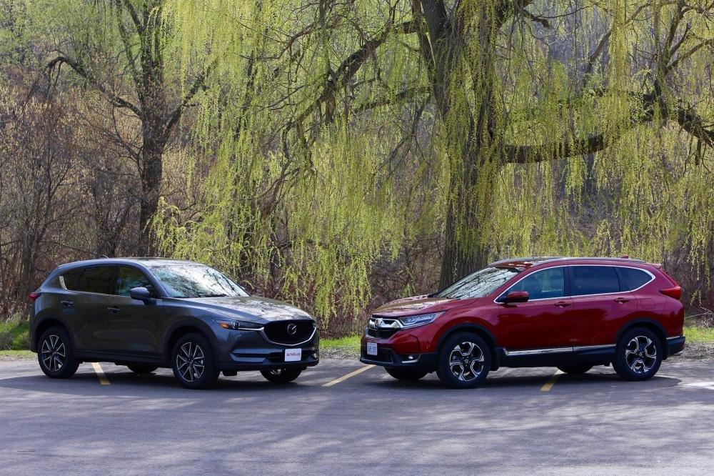 Hình ảnh ngoài trời của Honda CR-V và Mazda CX-5 đối đầu