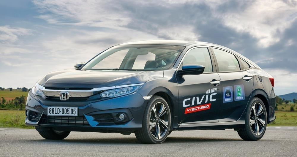 Hình ảnh Honda Civic với ngoại thất xanh từ phía trước a3
