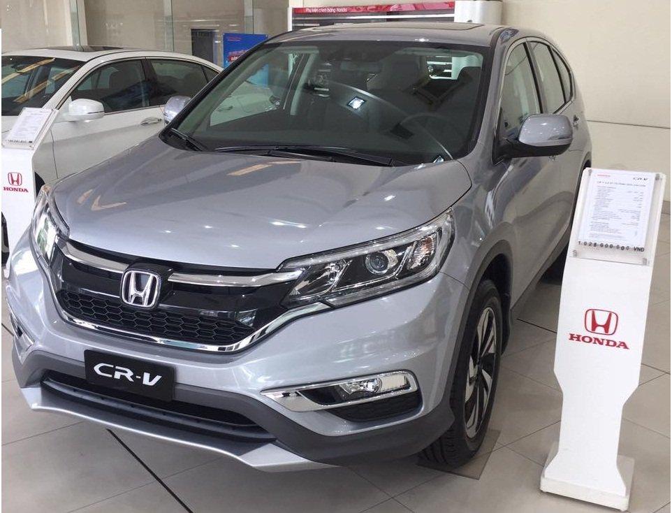Honda CR-V màu bạc tại đại lý a3