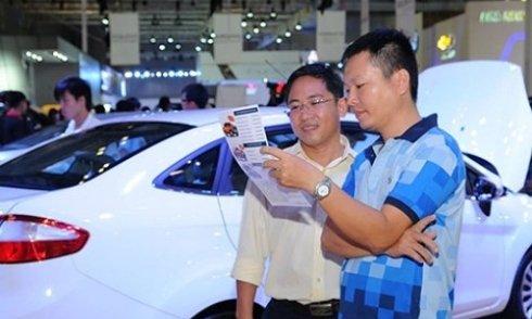 khách hàng đang tham khảo giá xe ô tô tại Việt Nam a6