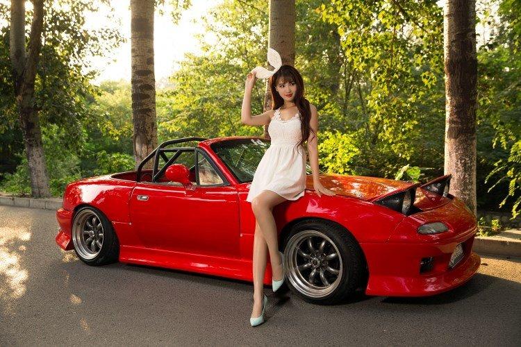 Hotgirl nhí nhảnh bên Mazda MX-5 1.