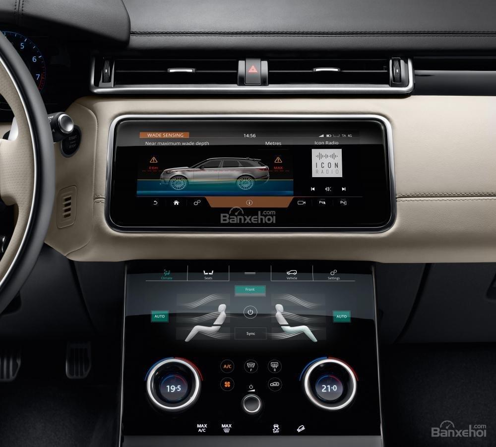 Đánh giá xe Range Rover Velar 2017: Hai màn hình cảm ứng mang lại nhiều ứng dụng tiện ích