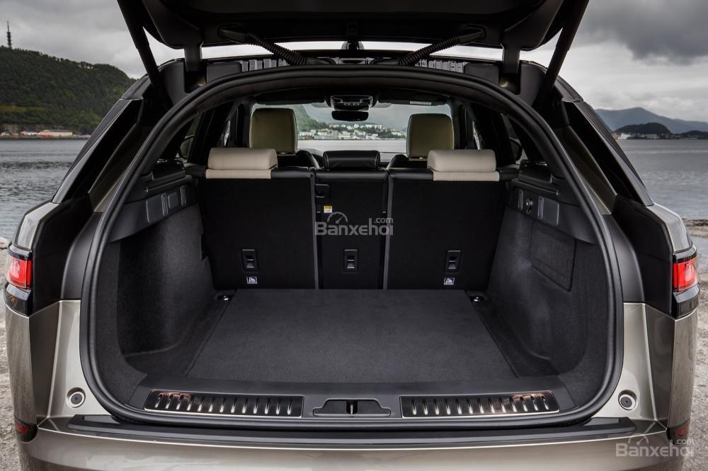 Đánh giá xe Range Rover Velar 2017: Khoang hành lý có dung tích 974 lít