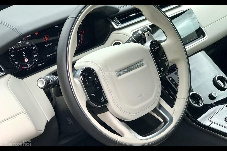 Đánh giá xe Range Rover Velar 2017: Vô lăng bọc da cao cấp
