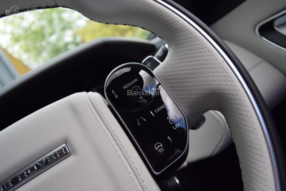 Đánh giá xe Range Rover Velar 2017: Vô lăng tích hợp nút điều khiển
