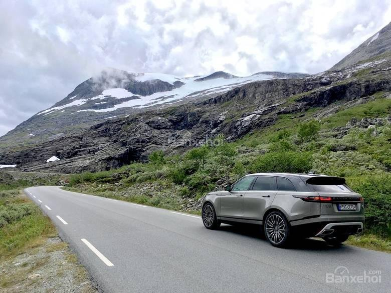 Phần mái phía sau hơi vát xuống tạo nên vẻ thanh lịch cho Range Rover Velar