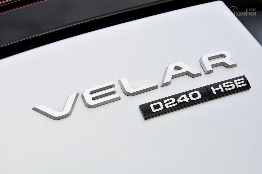Đánh giá Range Rover Velar 2017: Logo Velar