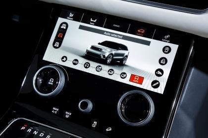 Đánh giá xe Range Rover Velar 2017: Màn hình dưới tích hợp 2 núm điều chỉnh điều hòa
