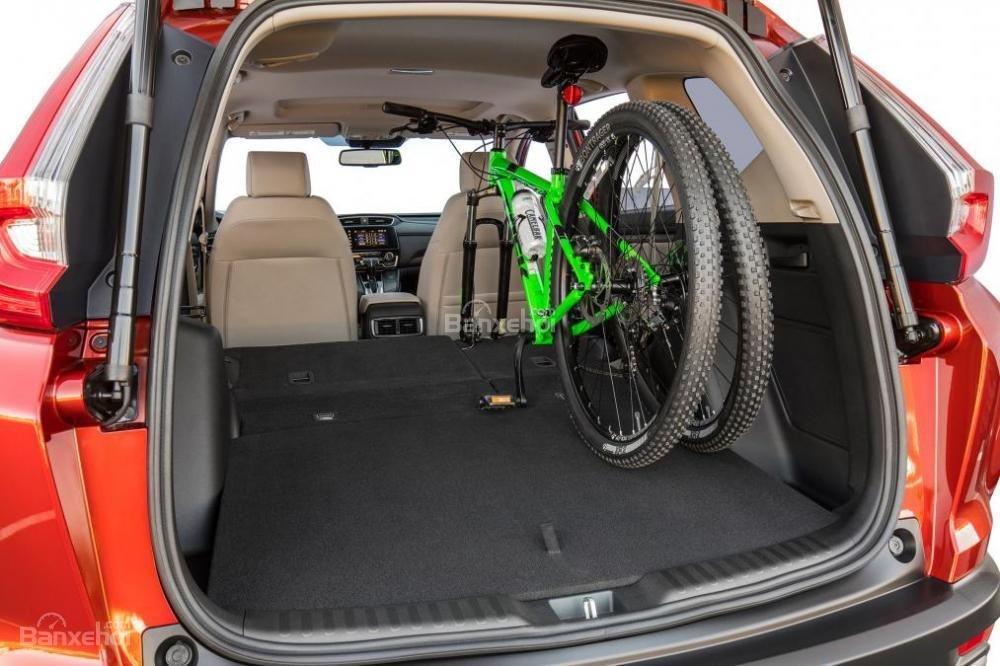 Dung tích khoang hành lý Honda CR-V 2017 đạt 2146 lít khi gập hàng ghế sau.