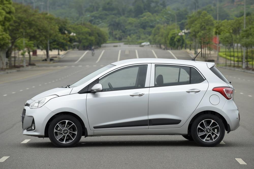 Thân xe Hyundai Grand i10 màu bạc chụp tại đường phố a5