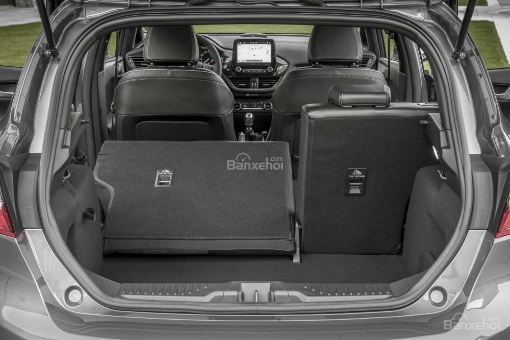 Đánh giá xe Ford Fiesta 2018: Hàng ghế sau có thể gập để tăng dung tích khoang hàng lý a1