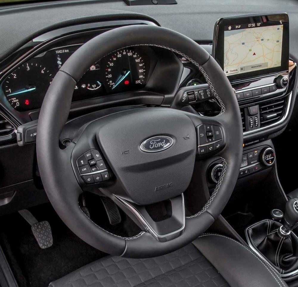 Đánh giá xe Ford Fiesta 2018: Vô-lăng tích hợp các nút điều khiển chức năng.