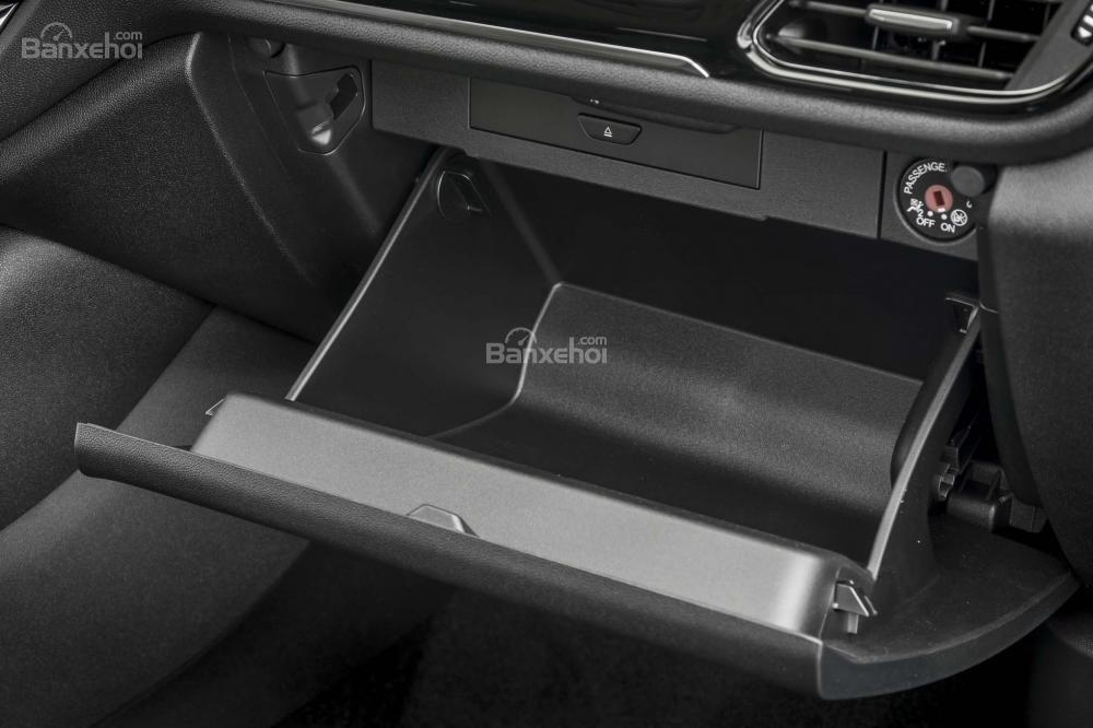 Đánh giá xe Ford Fiesta 2018: Rất nhiều hộc chứa đồ khắp cabin xe a1