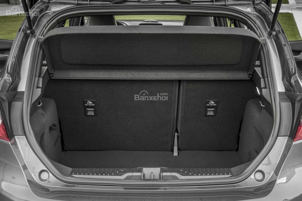 Đánh giá xe Ford Fiesta 2018: Khoang hàng lý đủ dùng, không quá rộng .